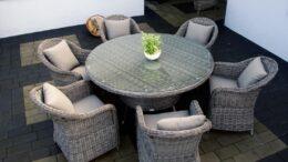 Technorattanowy okrągły stół ogrodowy o średnicy 150 cm z 6 fotelami w kolorze szarym. Idealny zestaw na taras