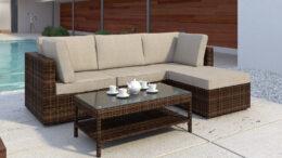 Meble ogrodowe z technorattanu w kolorze brązowym z bezowymi poduszkami. Zestaw mebli rattanowych do ogrodu lub na taras